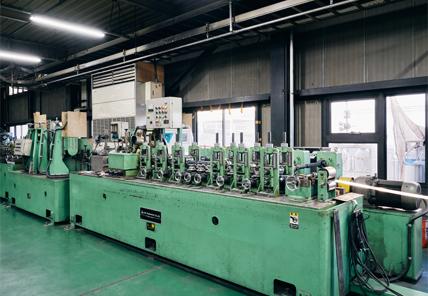 ステンレスパイプの自社製造でコスト削減に貢献する「造管機」